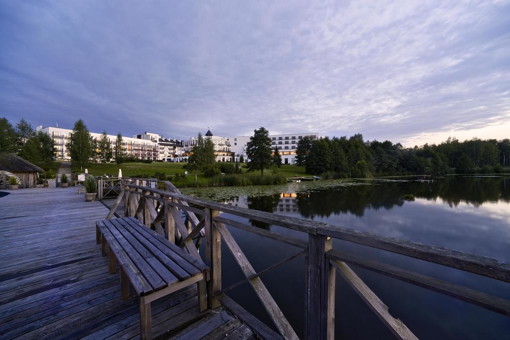 vilnius-grand-resort-samochodem-na-litwe-widok-na-budynek-z-pomostu