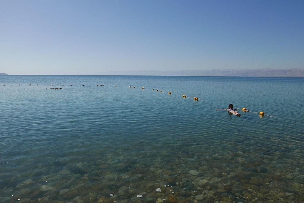morze martwe w Jordanii unoszenie na wodzie